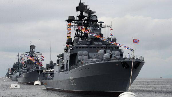 El buque Almirante Vinogradov participa en un desfile solemne en Vladivostok, en el Lejano Oriente - Sputnik Mundo