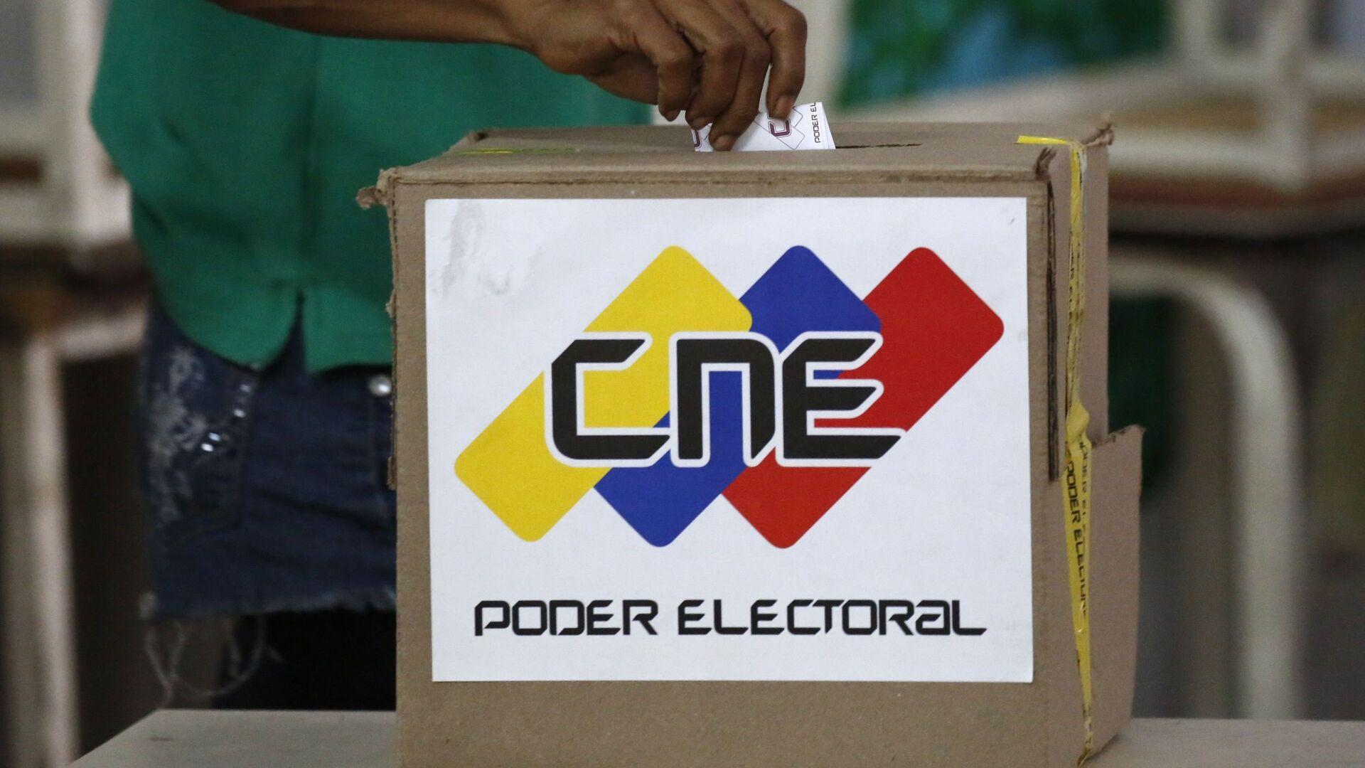 A voter casts a ballot during the Constituent Assembly election in Caracas, Venezuela - Sputnik Mundo, 1920, 06.10.2021