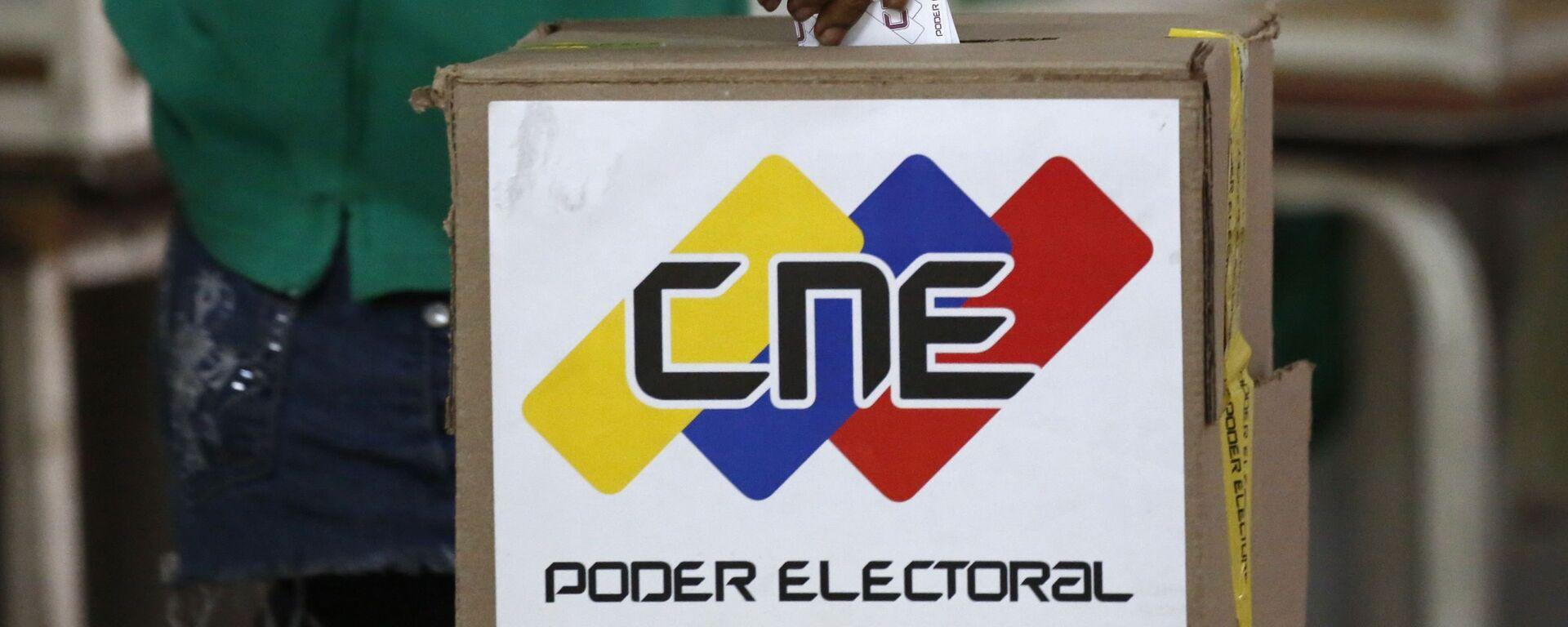 A voter casts a ballot during the Constituent Assembly election in Caracas, Venezuela - Sputnik Mundo, 1920, 18.03.2021