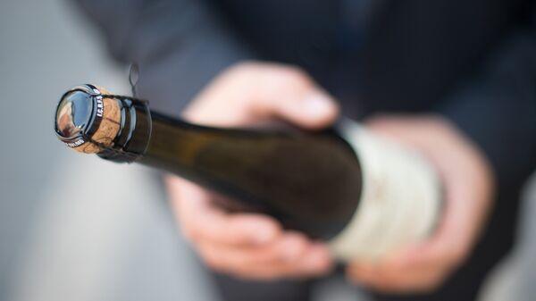 Una botella de champán (imagen referencial) - Sputnik Mundo