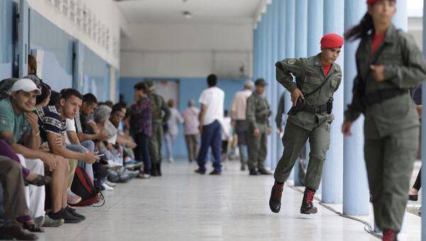 Personas esperando a votar en la Asamblea Nacional Constituyente en Venezuela - Sputnik Mundo