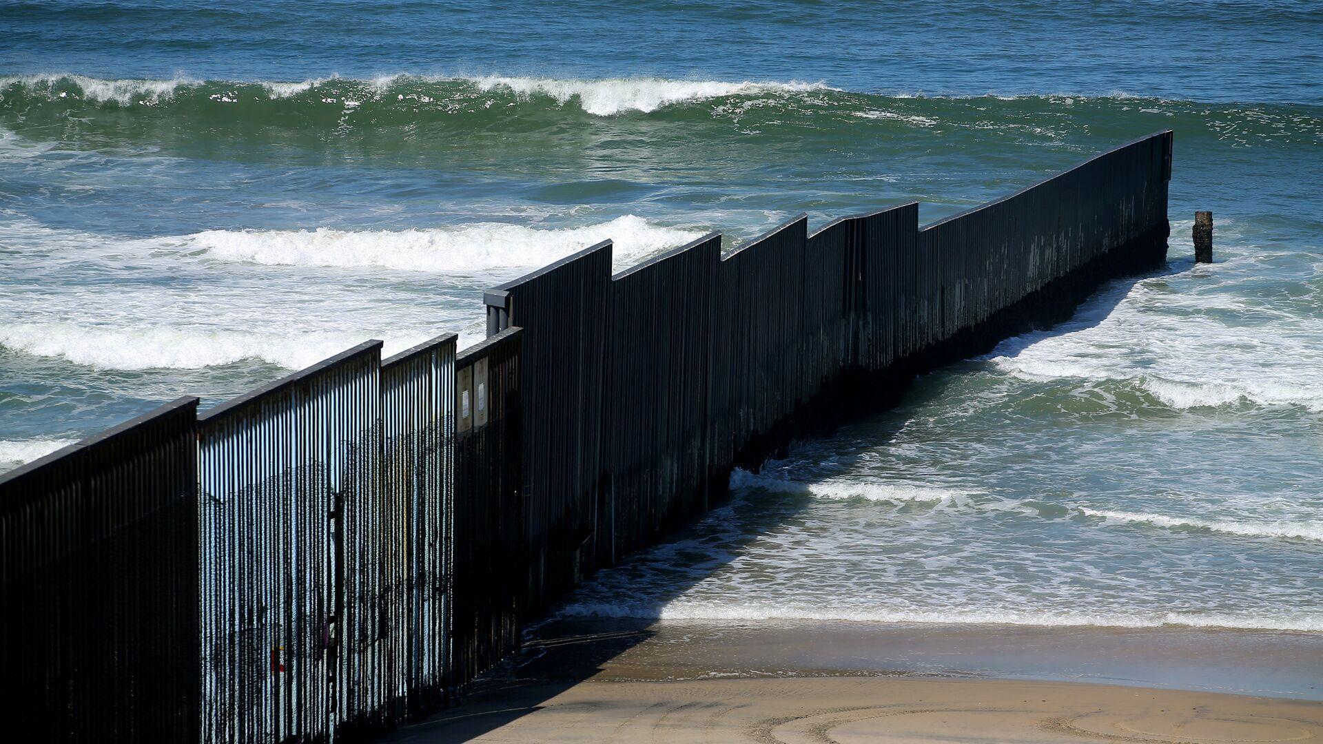 El muro fronterizo entre EEUU y México - Sputnik Mundo, 1920, 01.02.2021