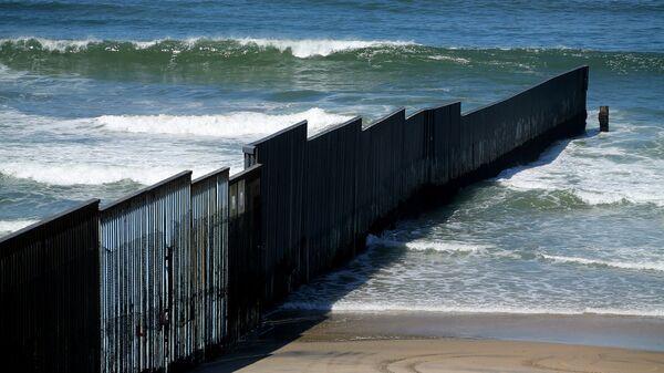El muro fronterizo entre EEUU y México (archivo) - Sputnik Mundo