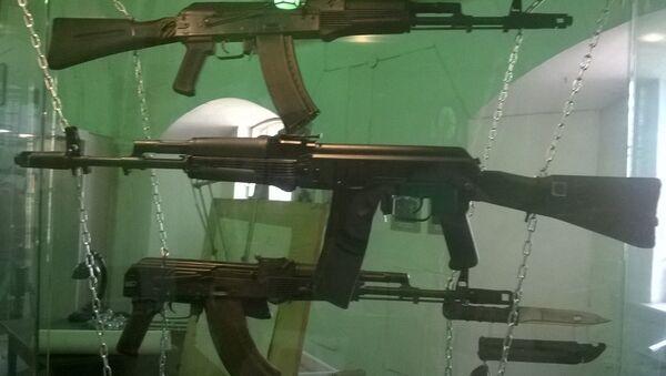 Fusiles AK-74M, AK-101 y AK-103 (imagen referencial) - Sputnik Mundo