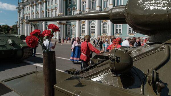 Un tanque T-34 en San Petersburgo - Sputnik Mundo
