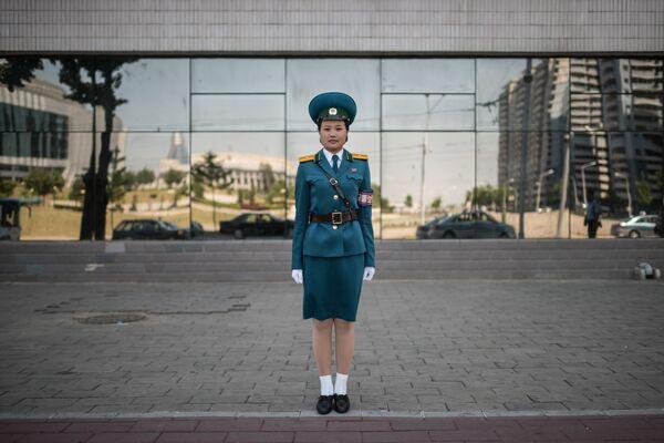 Una oficial del Servicio de seguridad de tráfico, la teniente Kim Jong-Hua, en una de las calles de Pyongyang - Sputnik Mundo