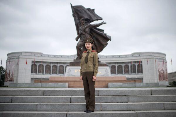 La guía turística y capitana del Ejército Popular Coreano, Choe Un-Jong, posando cerca del Museo de Guerra en Pyongyang - Sputnik Mundo