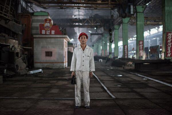 El obrero Kang Chol-Su, posando en una fábrica de acero al sur de Pyongyang - Sputnik Mundo