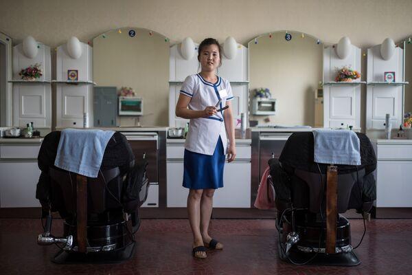 La peluquera Kim Hae-Jong, en un centro de entretenimiento y de salud en Pyongyang - Sputnik Mundo