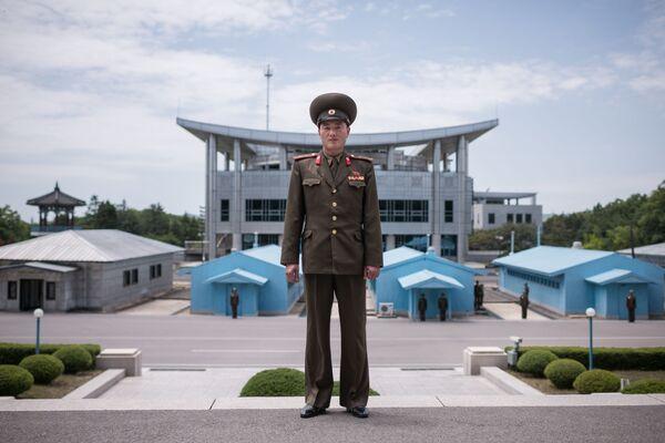 Un militar del Ejército Popular Coreano, posando ante la línea de demarcación en la zona desmilitarizada entre las dos Coreas - Sputnik Mundo