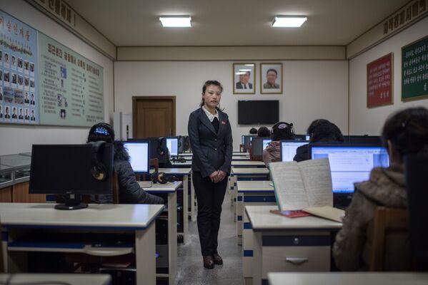 Una profesora durante la clase en una fábrica de seda en Pyongyang - Sputnik Mundo