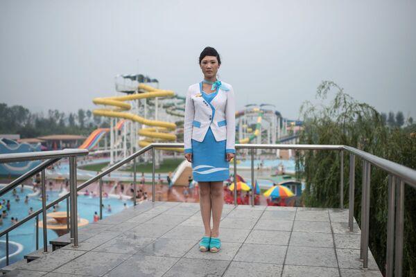Una empleada del parque acuático Munsu en Pyongyang - Sputnik Mundo