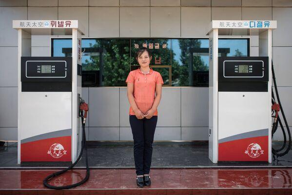 Una trabajadora de una gasolinera en Sinchon - Sputnik Mundo