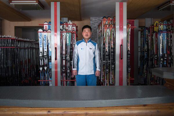 Un empleado del alquiler de equipamiento deportivo en una de las estaciones de esquí norcoreanas - Sputnik Mundo