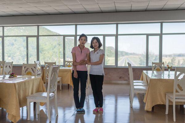 La vendedora Kim Hyo-Jong y la camarera Kim Un-Mi en la carretera Kaesong - Sputnik Mundo