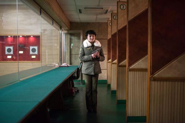 La entrenadora de tiro Kim Su-Ryon en su lugar de trabajo en Pyongyang - Sputnik Mundo