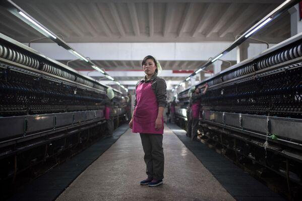 Una empleada de una fábrica de seda en su lugar de trabajo, Pyongyang - Sputnik Mundo