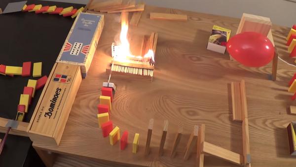 Una reacción en cadena incendiaria con dominós, velas y mucho fuego - Sputnik Mundo