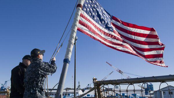 La bandera de EEUU en el destructor USS John Mccain - Sputnik Mundo