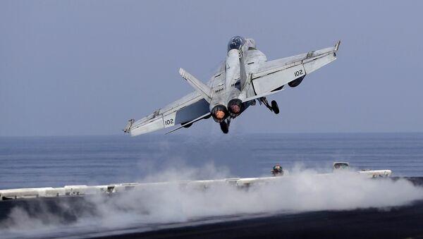 Un caza estadounidense despega de un portaviones de EEUU para apoyar la operación antiterrorista en Siria e Irak (archivo) - Sputnik Mundo