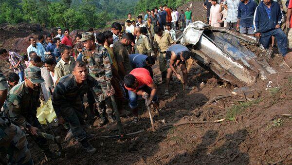 Militres indios realizando labores de rescate tras el delave en Himachal Pradesh - Sputnik Mundo