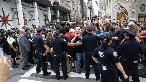 Protesta contra Donald Trump en Nueva York - Sputnik Mundo