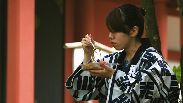 Una japonesa comiendo - Sputnik Mundo