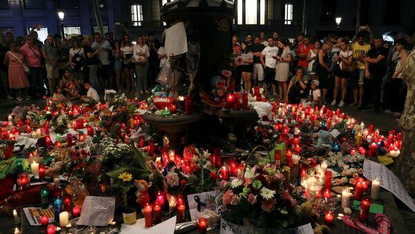 Flores en memoria de las víctimas de los atentados de Barcelona y Cambrils, España  - Sputnik Mundo