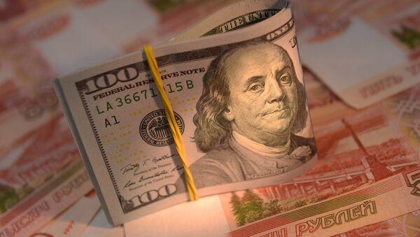 Rublos y dólares (monedas de Rusia y EEUU, respectivamente) - Sputnik Mundo