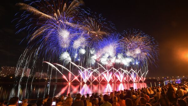 El Tercer Festival Internacional de Fuegos Artificiales Rostec en Moscú - Sputnik Mundo