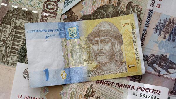 Los billetes de rublos y grivnas (monedas de Rusia y Ucrania, respectivamente) - Sputnik Mundo