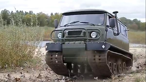 El híbrido del automóvil UAZ 452 y un tractor sobre orugas - Sputnik Mundo