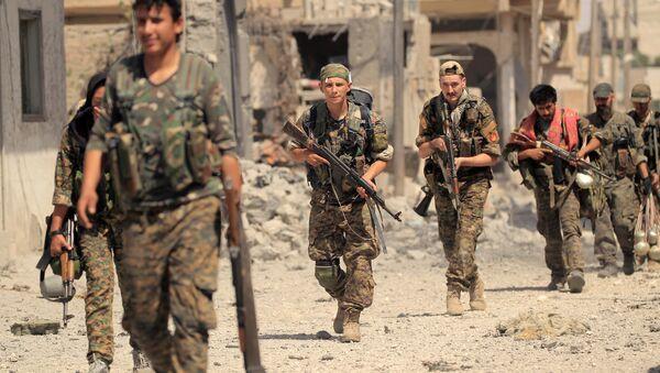 Los miembros de las Fuerzas Democráticas de Siria (FDS) en la región de Al Raqa, Siria - Sputnik Mundo