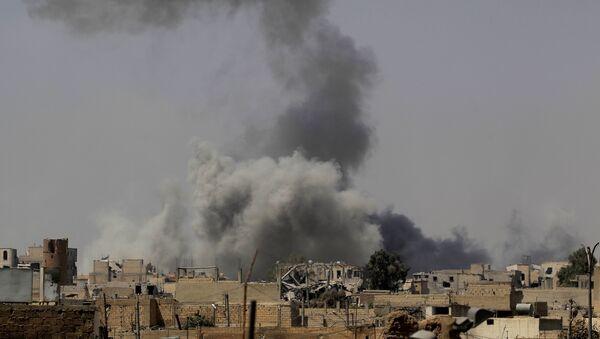 El ataque de la coalición internacional en Al Raqa, Siria - Sputnik Mundo