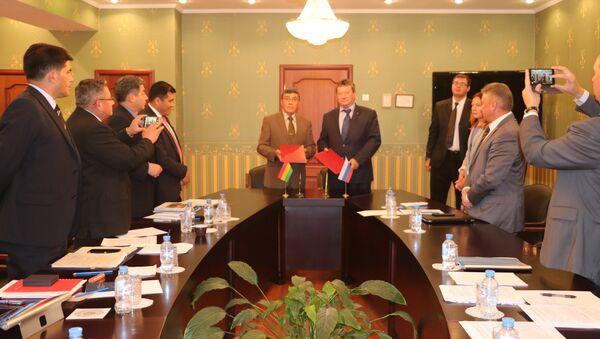El viceministro de Defensa de Bolivia, José Luis Begazo Ampuero, y el vicedirector del Servicio ruso Federal para la Cooperación Técnico-Militar, Anatoli Punchuk - Sputnik Mundo