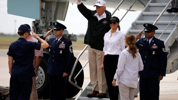El presidente de EEUU, Donald Trump, y su esposa Melania llegan al estado de Texas - Sputnik Mundo