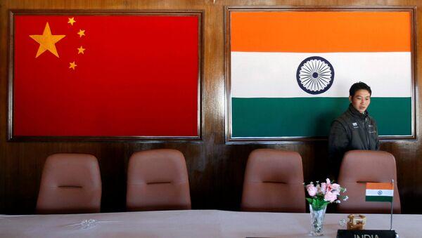 Las banderas de China y la India - Sputnik Mundo