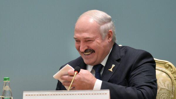 El presidente de Bielorrusia Alexandr Lukashenko, riendo - Sputnik Mundo