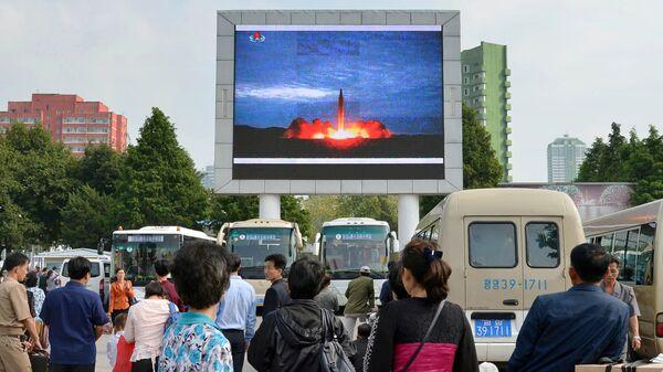 Los norcoreanos, viendo el lanzamiento del misil balístico, en Pyongyang - Sputnik Mundo