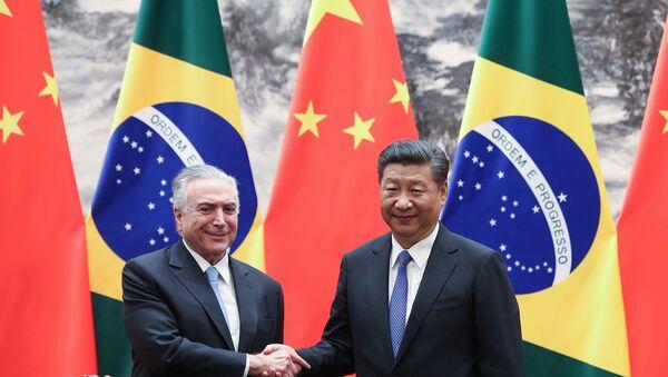 El presidente brasileño, Michel Temer, junto a su homólogo chino, Xi Jinping (archivo) - Sputnik Mundo
