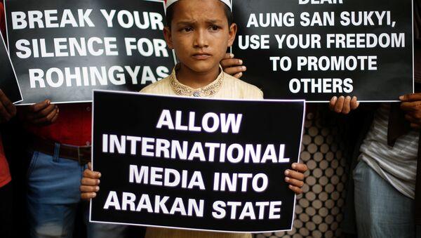 Las carteles en apoyo de los rohinyás en Birmania - Sputnik Mundo