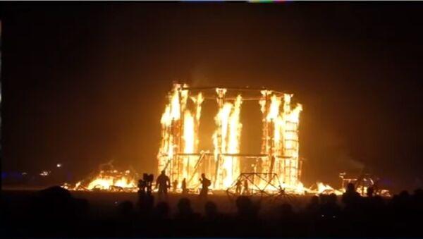 Hombre se lanza al fuego en el festival Burning Man, en Nevada (EEUU) - Sputnik Mundo
