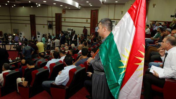 Un hombre con la bandera de Kurdistán - Sputnik Mundo