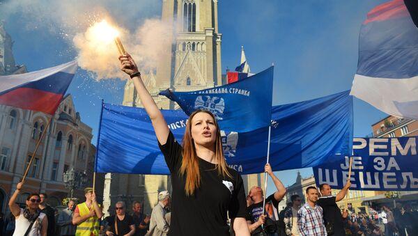 Los participantes de una manifestación a favor del candidato presidencial, Vojislav Seselj, en Serbia - Sputnik Mundo