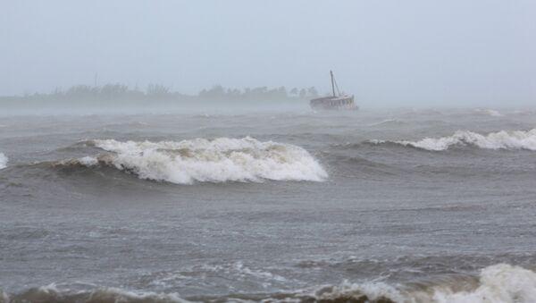 Olas provocadas por la llegada del huracán Irma en Puerto Rico - Sputnik Mundo