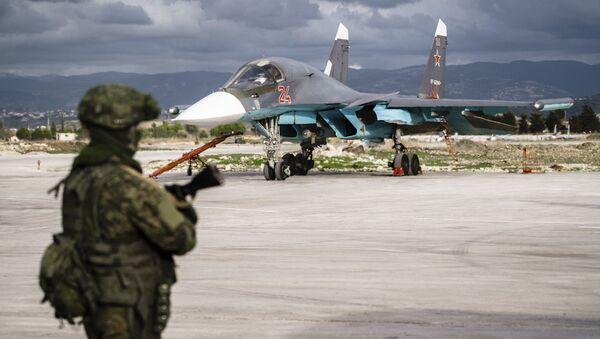 Un Su-34 en la base aérea rusa de Hmeymim, Siria - Sputnik Mundo
