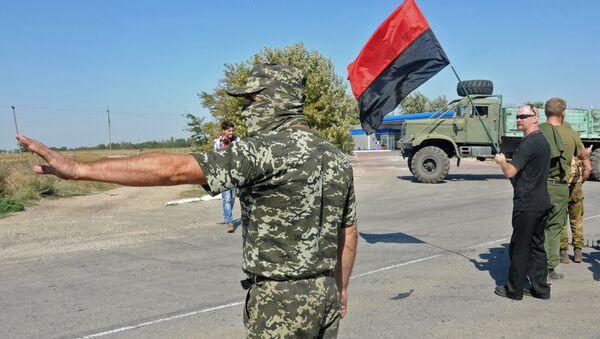 Militantes de grupo ultranacionalista ucraniano Pravy Sektor bloquean el paso a la península de Crimea (archivo) - Sputnik Mundo