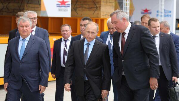 Vladímir Putin durante su visita al astillero Zvezda - Sputnik Mundo