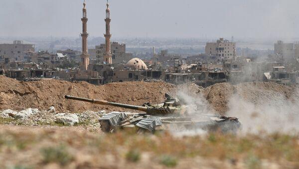 Tanque T-72 de la Guardia Republicana de Siria en las afueras de Deir Ezzor - Sputnik Mundo