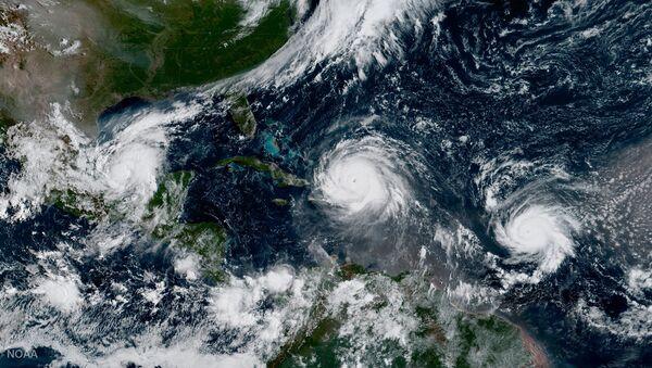 Huracán Irma, huracán Katia (a la izquierda) y huracán José (a la derecha) - Sputnik Mundo